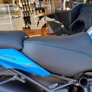 BMW R 1200 R  6 cm aufgepolstert und an Tank angepasst